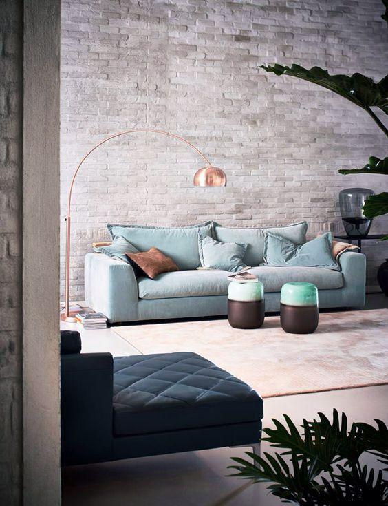 Coola vardagsrum med tegelväggar