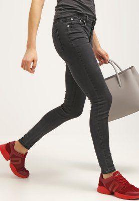 Hur man bär röda skinny jeans