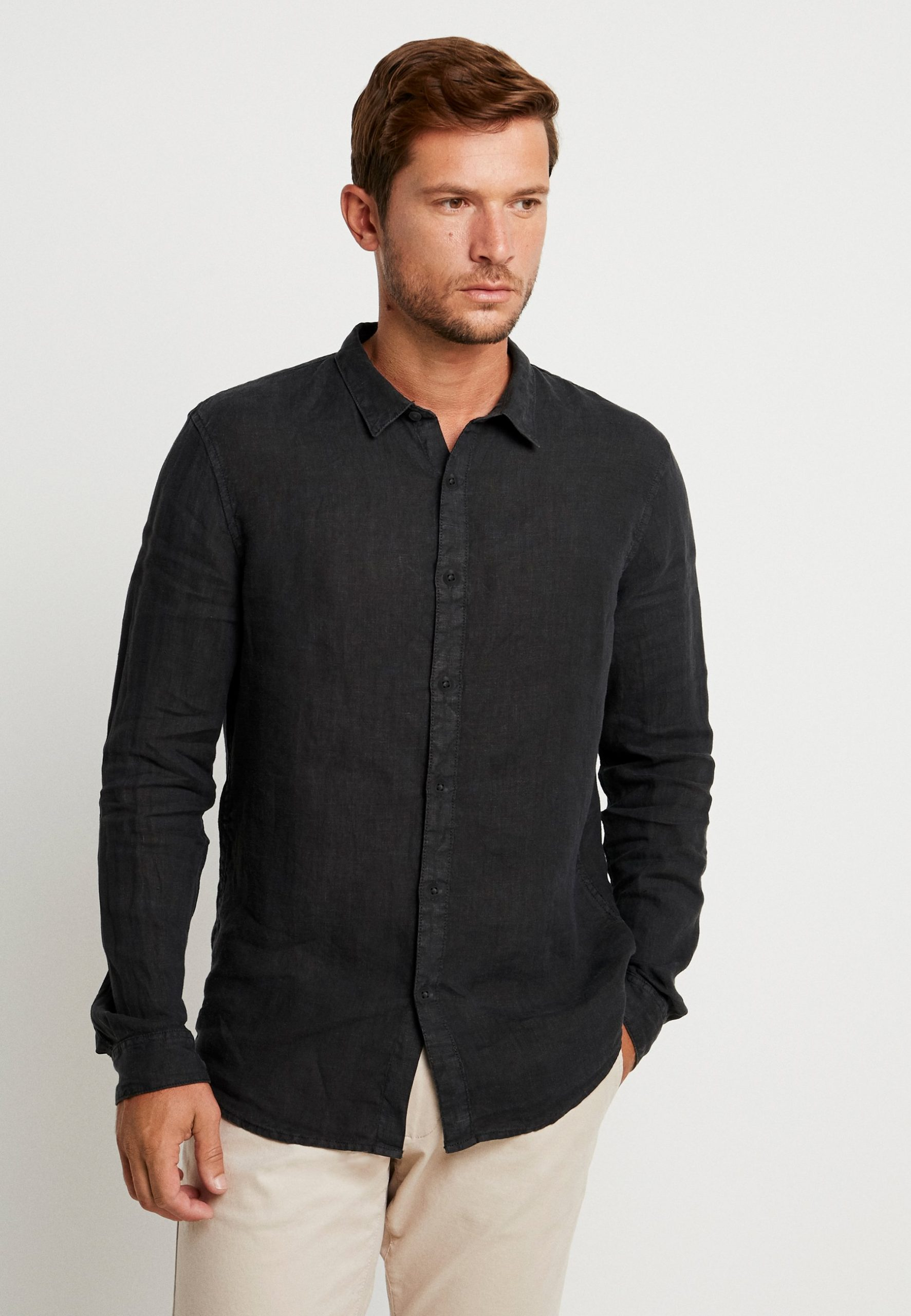 Hur man bär svart hawaiisk skjorta