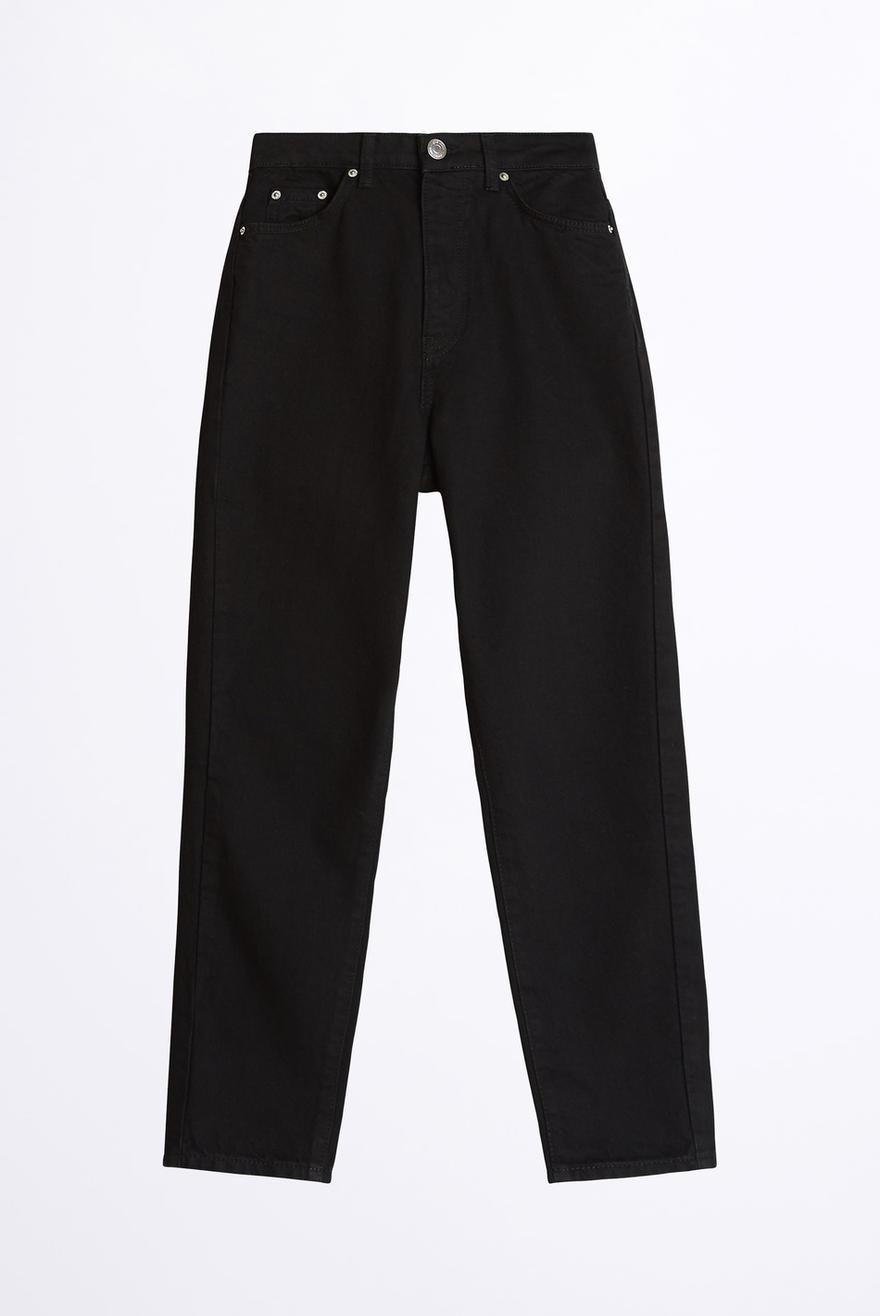 Hur man bär svarta knäppta jeans