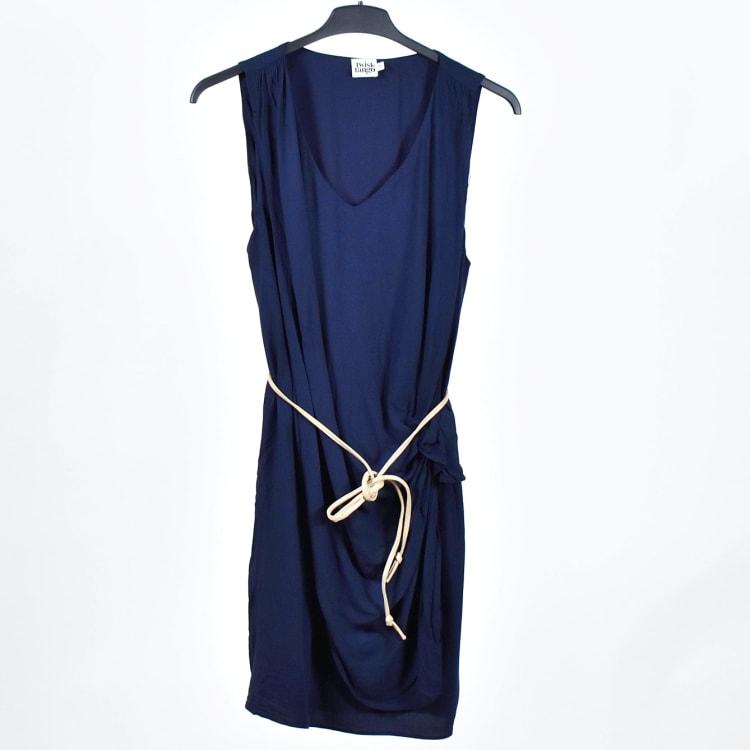 Hur man utformar marinblå midiklänning