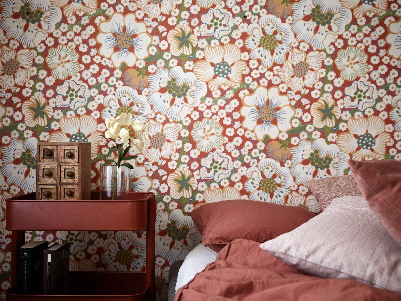 Imponerande sovrum med tegelväggar