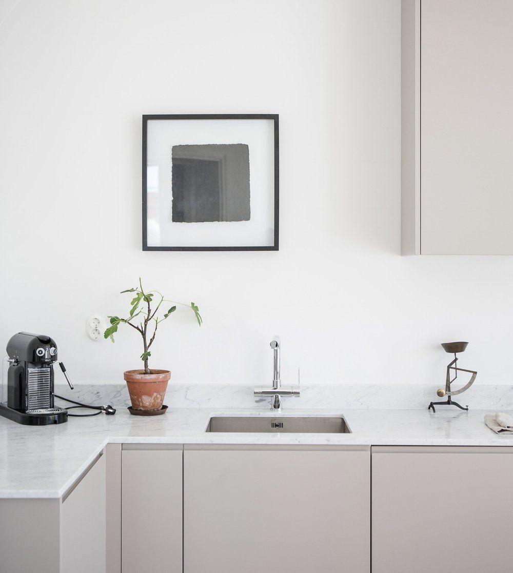 Liten smart minimalistisk köksdesign