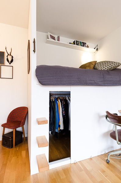 Litet loft med inbyggda möbler