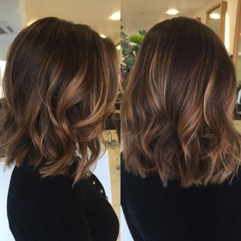 Ljusaste medellånga skiktade frisyrer och frisyrer
