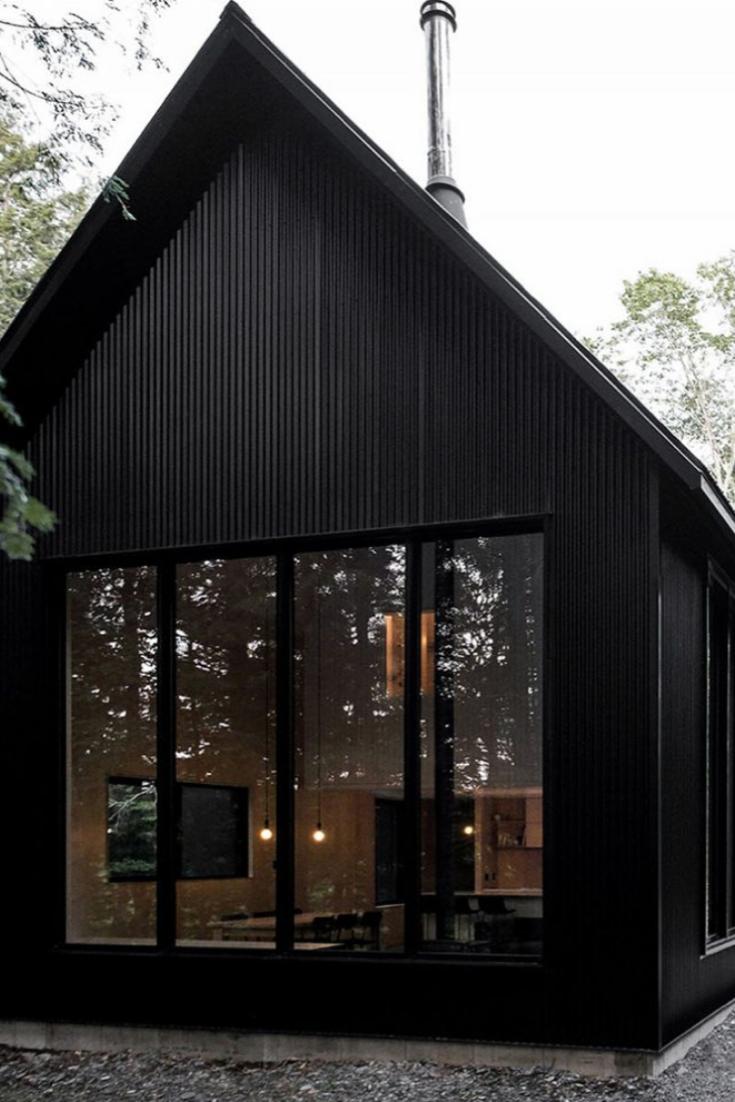 Minimalistiskt hus svart exteriör