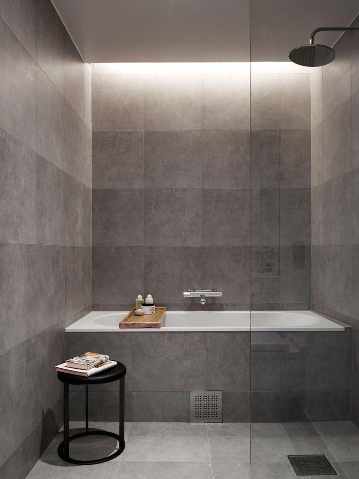 Modern dusch- och badkarenhet i ett