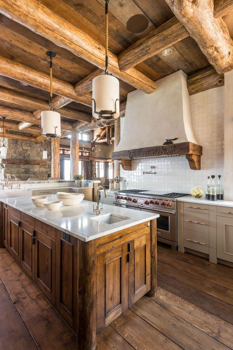 Rustikt kök med omfattande användning av grovt trä