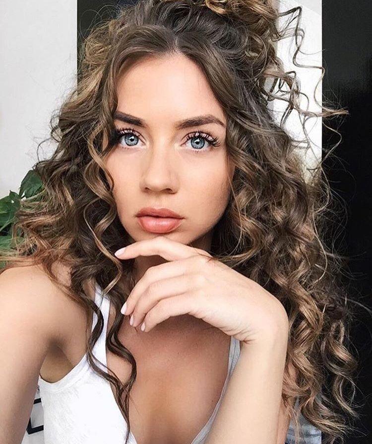 Sexiga frisyrer för naturligt lockigt hår