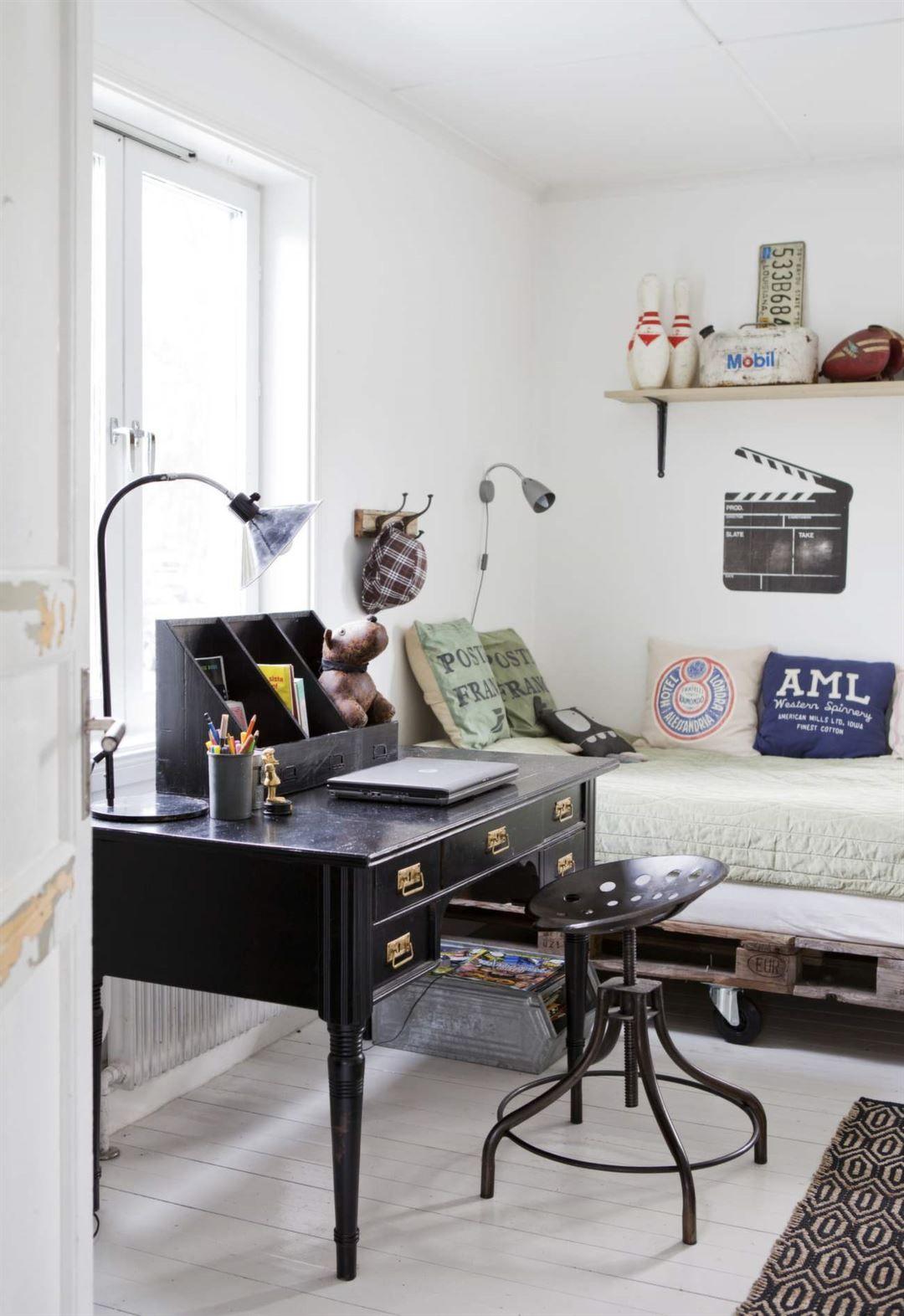 Skrivbord och stol med en retro känsla