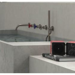 Svartvita badrumsbatterier och duschhuvud från Bongio