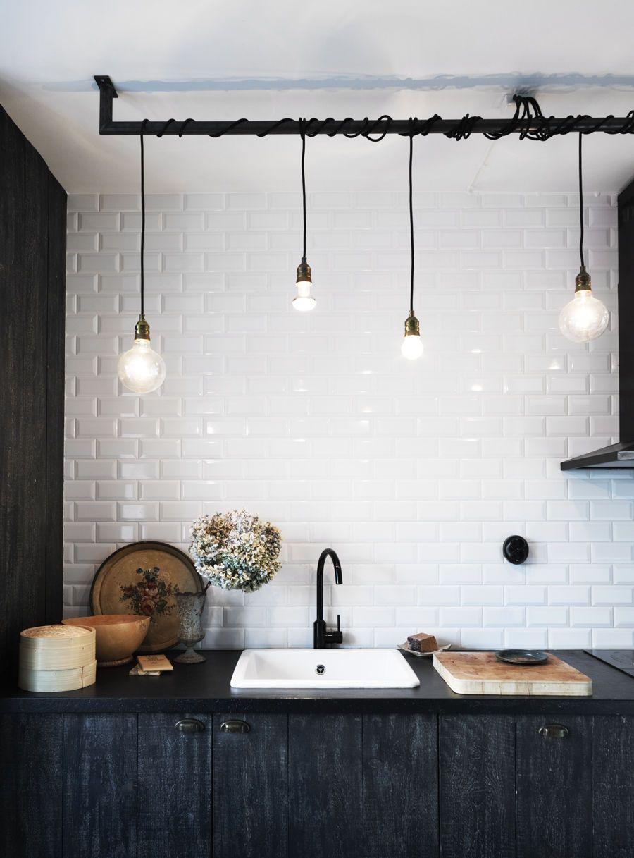 Urban rustik köksdesign med industriella detaljer och kontraster
